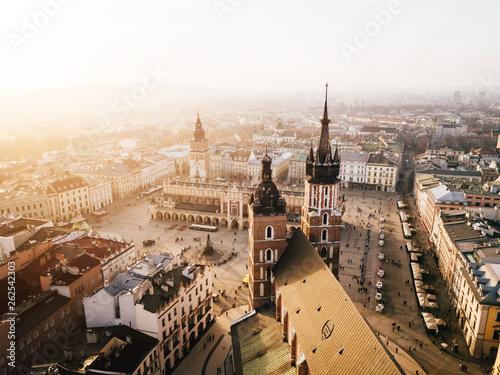In de dag Krakau Kraków Bazylika Mariacka i Sukiennice Panorama z powietrza - Zachód Słońca