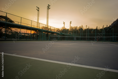 Photo  Selective focus on the baseline of tennis court with sunset sky background