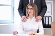 Männerhände legen sich auf die Schultern einer Frau