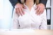 canvas print picture - Männerhände liegen auf den Schultern einer Frau