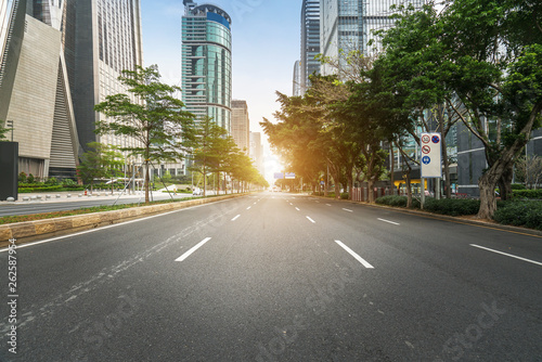 Fotografia  empty highway with cityscape and skyline of shenzhen,China.