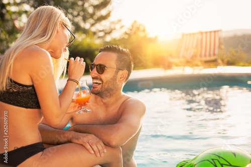 Tableau sur Toile Couple at a swimming pool