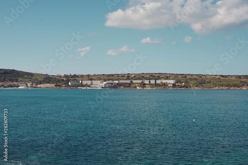 Widok zatoki w piękny słoneczny dzień, błękitna woda i piękne niebo.  Malta