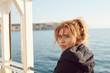 dziewczyna na tle zatoki w blasku słońca. Malta Gozo