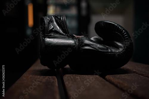 Fototapeta  Einzelner Boxhandschuh auf einer Bank in Umkleidekabine