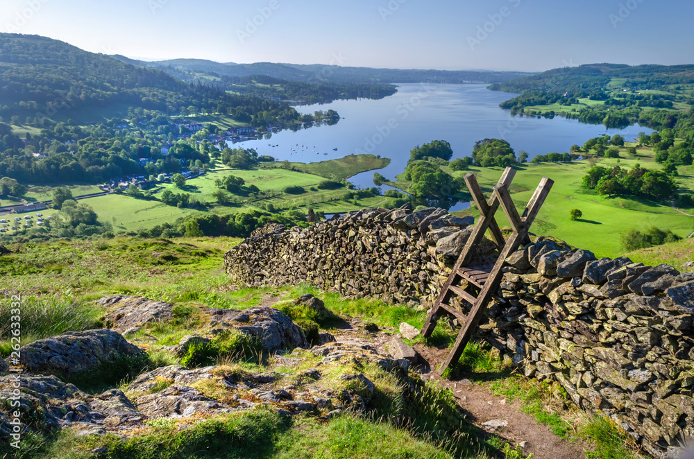 Fotografia A morning shot of Lake Windermere showing the stone walling and the stile providing passage over the wall