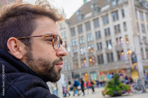 Photo  young man sitting in the city