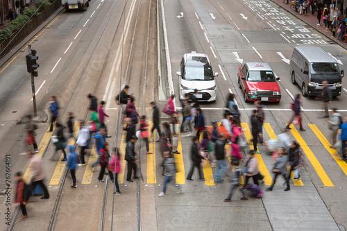 Foto auf AluDibond Bahnhof People crossing street in Hong Kong 横断歩道を渡る人々 香港