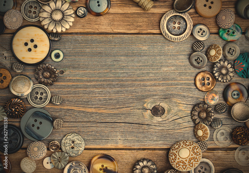 La pose en embrasure Macarons placer of vintage buttons with copy space on textured old boards