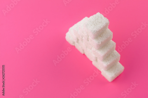 Foto  Cubes of sugar on a pink background. Empty space for copying text