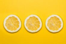 Limón En Rodajas Sobre Fondo Amarillo Vivo Aislado. Vista Superior. Copy Space