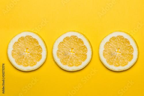 Photo  Limón en fondo amarillo vivo rodajas vista desde arriba