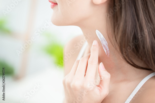 Fotografía woman applying cream on neck