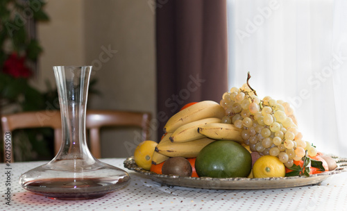 Photo  nature morte fruit plateau banane raisin pèche brugnon pomme
