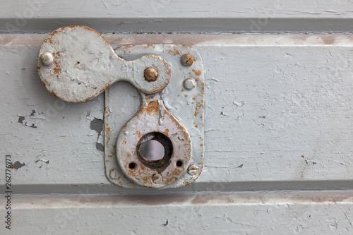 Fotografía  Spion in einer Zellentür im Gefängnis