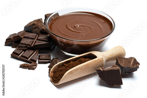 Fotografía glass bowl of chocolate cream or melted chocolate isolated on white