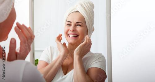 Photo  Smiling middle aged woman satisfied with her nature beauty