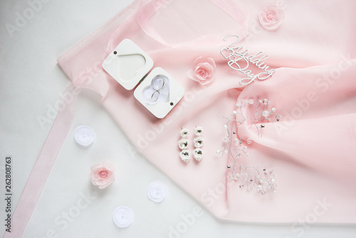 Fotografía  wedding wooden words, decorative fabric flowers, bridal jewelry on the pink clot