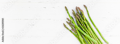 Photo Fresh green asparagus on white wooden background