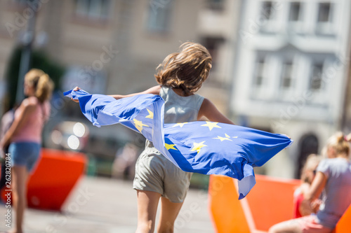 Foto  Cute happy young girl with the flag of the European Union
