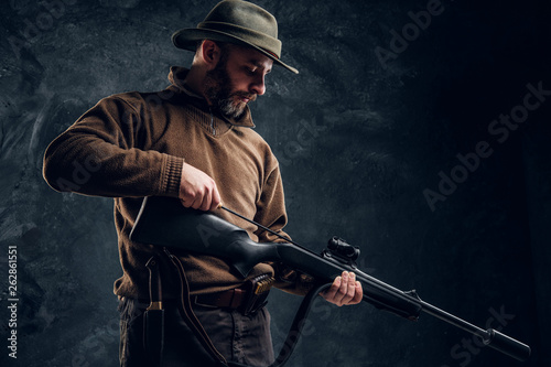 Fotomural  Opening of the spring hunting season. A man cleans rifle barrel