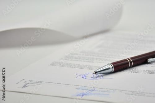 Obraz na plátně  Documento firmado con un bolígrafo, contrato