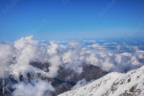 Fotografía  Beautiful view above the clouds over mountains and valley.