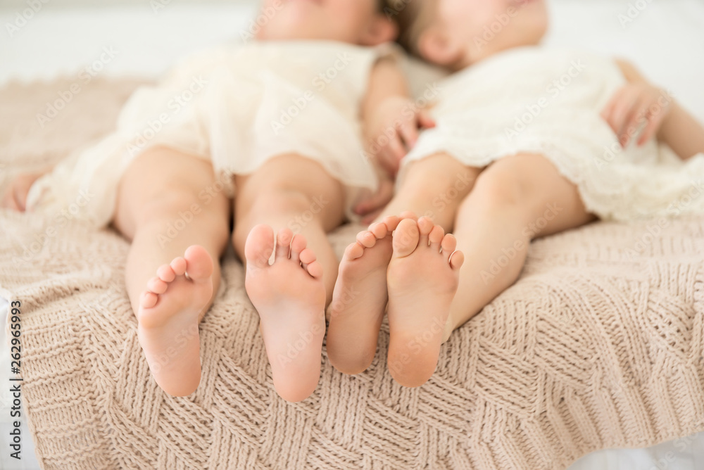 Fototapety, obrazy: Closeup of little gield feets lays on the knitted beige plaid