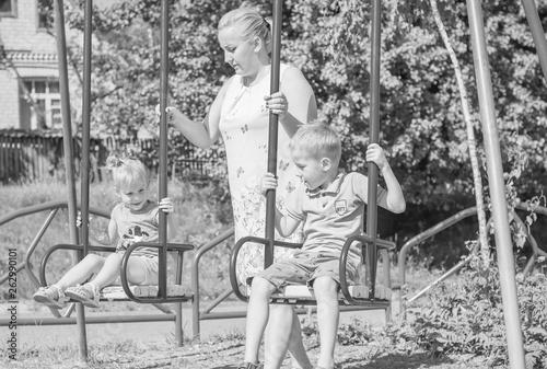 mama-z-dwojka-dzieci-spaceru