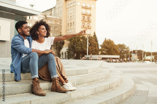 Photo African-american couple of tourists walking in city, copy space