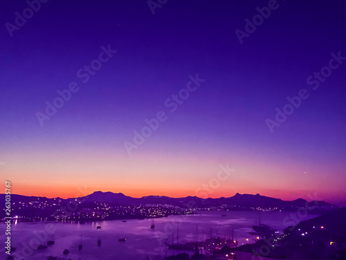Foto auf AluDibond Violett Blurred background of a sunset on the coast, beautiful sea view