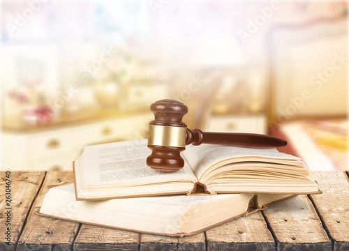 Photo  Wooden gavel  and books on background, conceptual of a judge, courtroom and judg