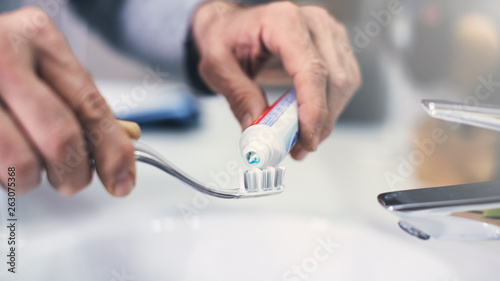 Cuadros en Lienzo Hand extrude a toothpaste from a tube on a toothbrush