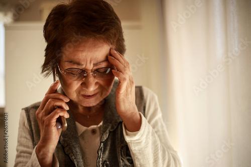 Photo 通話するシニア女性
