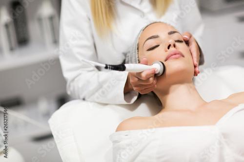 Fotografía  Beautiful woman in professional beauty salon during photo rejuvenation procedure