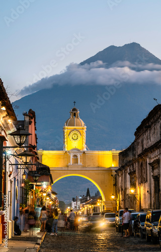 Photo Arco de Santa Catalina and Volcan de Agua in Antigua Guatemala, Central America