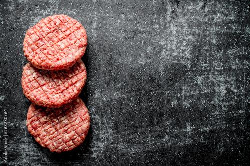 Raw beef burgers. Fototapet