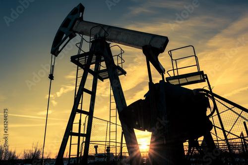 Cuadros en Lienzo Oil pump jack and wellhead on an oil field