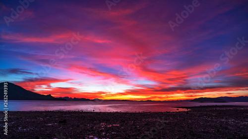 Foto  Landscape nature view, Beautiful light sunrise or sunset over sea in phuket thai