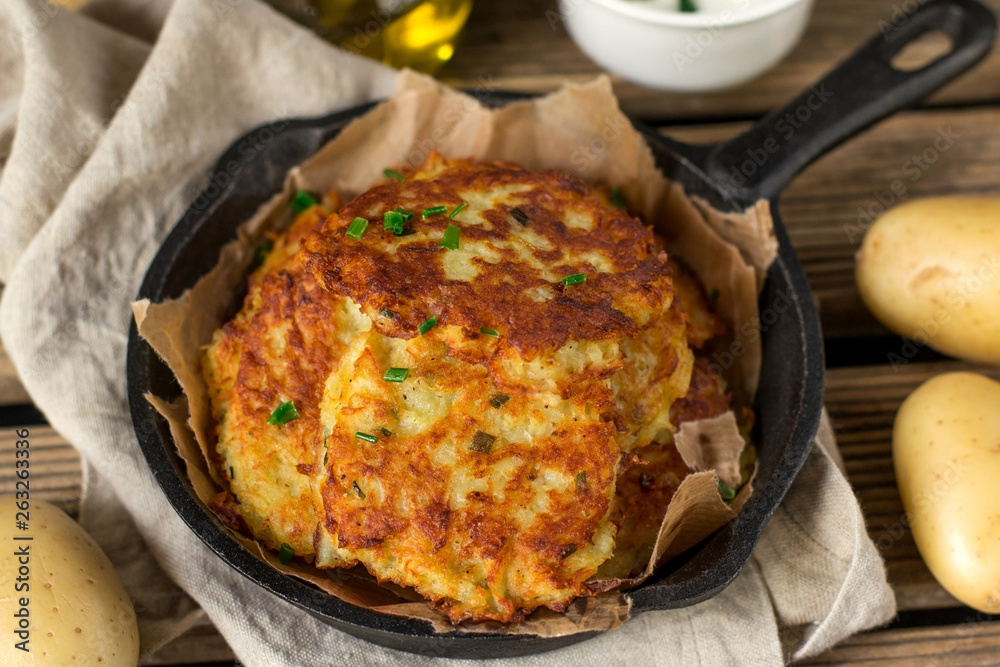 Fototapety, obrazy: Fried homemade potato pancakes draniki with sour cream sauce