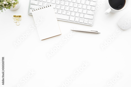 Fotografia  White minimal office desk table with computer keyboard, mouse and supplies