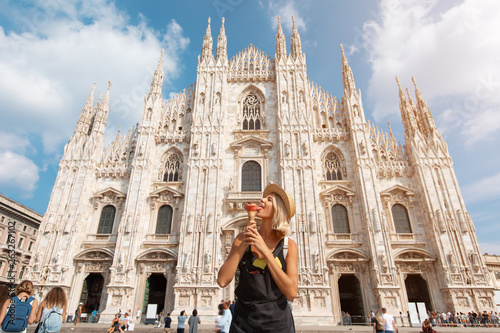 Photo Happy traveler girl in Milan city