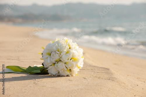 砂浜とウェディングブーケ