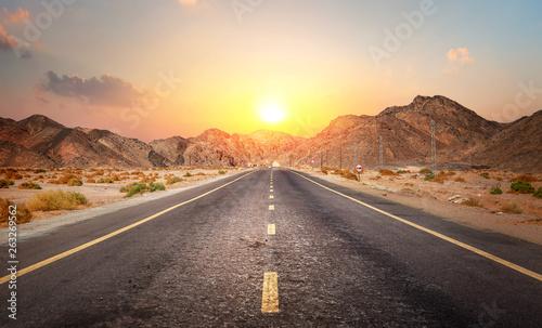Montage in der Fensternische Dunkelbraun Road in the desert