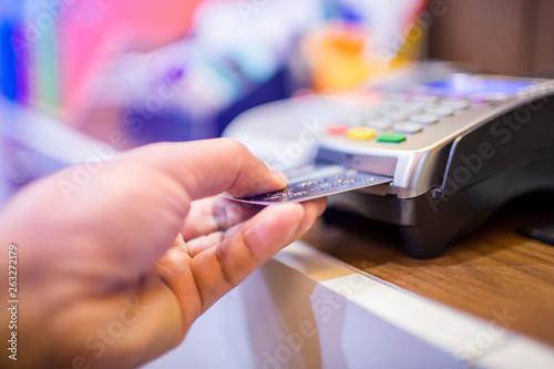 Hand put credit card In slot of credit card reader, credit card payment Tapéta, Fotótapéta