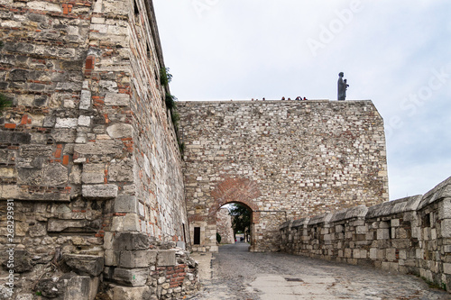 Fotografía  Entrance through the road that climbs to the Buda Castle, with the defensive wal