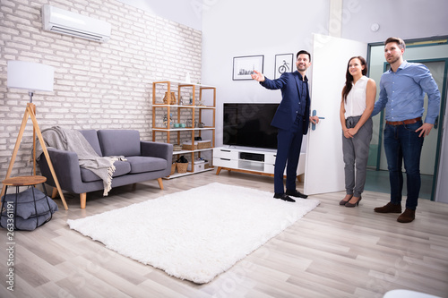 Cadres-photo bureau Kiev Realtor Showing New House To Customer