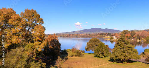 Fotografía  Picturesque autumn panorama landscape Karapiro lake, Waikato, New Zealand
