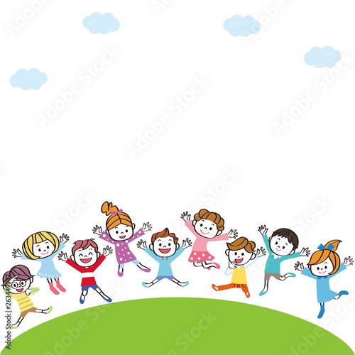 Valokuva  丘の上で飛び跳ねる子供達