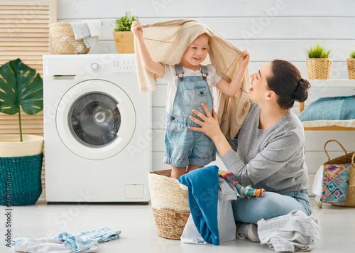 Fotografie, Obraz  family doing laundry